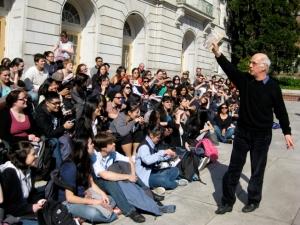 مایکل براوُی در حال تدریس در فضای باز دانشگاه برکلی