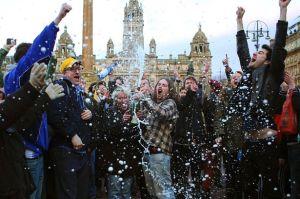 جشن و شادی بخشی از مخالفان تاچر در انگلستان بعد از اعلام خبر درگذشت وس