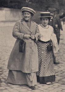 روزا لوکزامبورگ (راست) و کلارا زتکین (چپ) در راه کنگره حزب سوسیال دموکرات آلمان (1910)