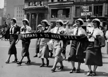 کارگران در تظاهرات اول ماه مه سال 1936 در میدان یونیون شهر نیویورک هفتهی کاری 30 ساعته را مطالبه میکنند