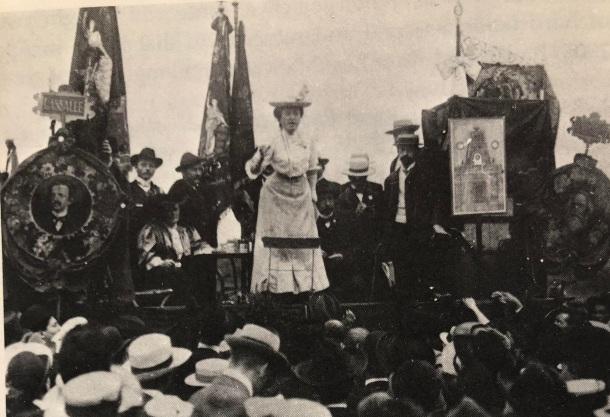 رزا لوکزامبورگ در حال سخنرانی